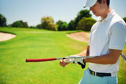 Golfspieler mit Golfhandschuhen